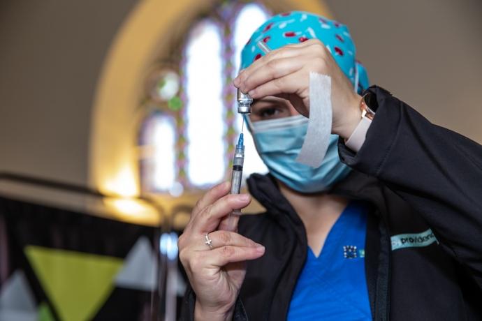Desde este miércoles, vecinos de la comuna pueden recibir vacunas canSino